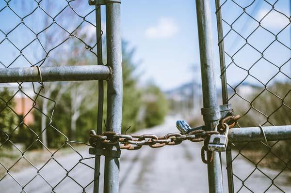 שער כניסה מגדר עם שרשרת